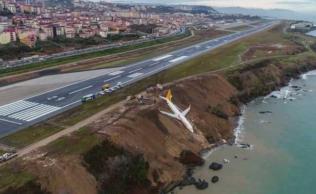 रनवे से फिसलकर समुद्र में जा गिरा विमान, कोई हताहत नहीं
