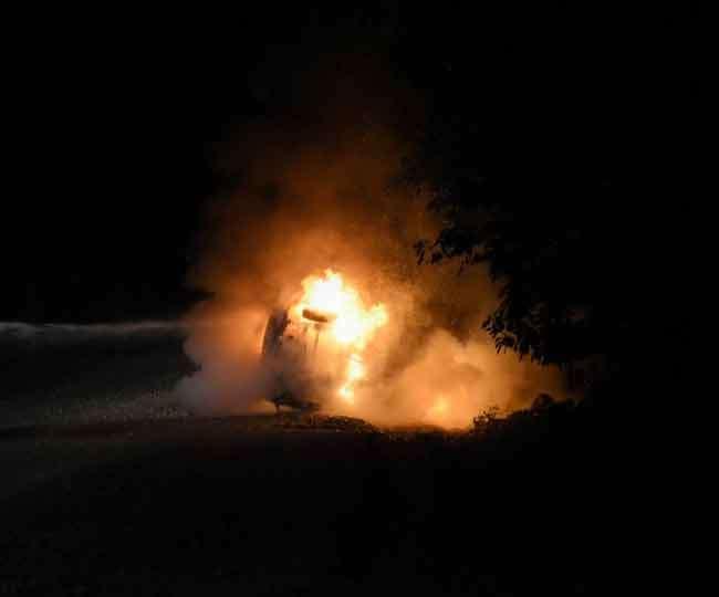 जगली जानवर के कारण कार बन गई आग का गोला, ड्राइवर की बची जान