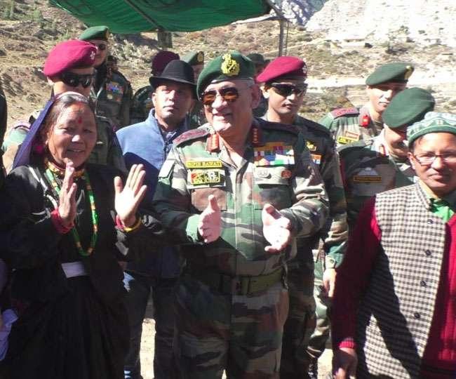 जनरल बिपिन रावत पहुंचे भारत-चीन सीमा से सटे गांव मलारी,ग्रामीणों और जवानों को दी दीपावली की शुभकामना