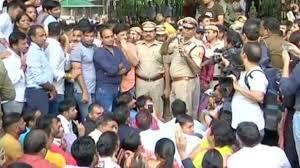 दिल्ली वकीलों और पुलिसकर्मियों के बीच हुए टकराव के चलते,ट्रैफिक अस्त-व्यस्त