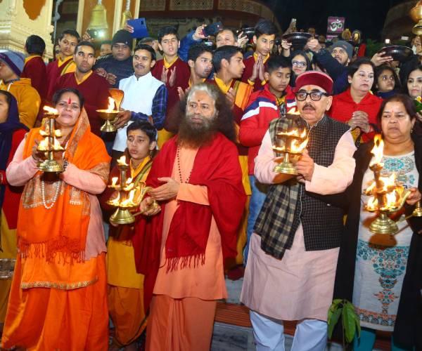 बीजेपी नेता महेंद्रनाथ पांडे एवं साध्वी प्राची पहुंचे परमार्थ निकेतन