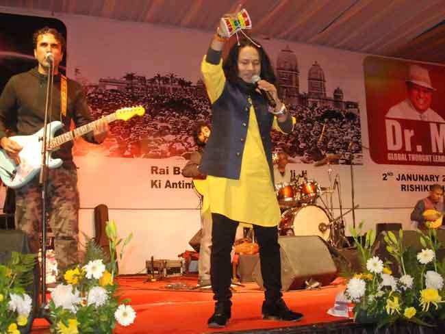 ऋषिकेश में त्रिवेणी घाट पर सूफी गायक कैलाश खेर की रंगारंग प्रस्तुति