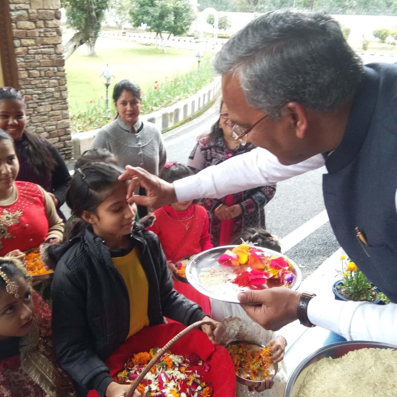 सीएम त्रिवेंद्र सिंह रावत ने बच्चों के साथ मनाया पारंपरिक फूलदेई त्यौहार