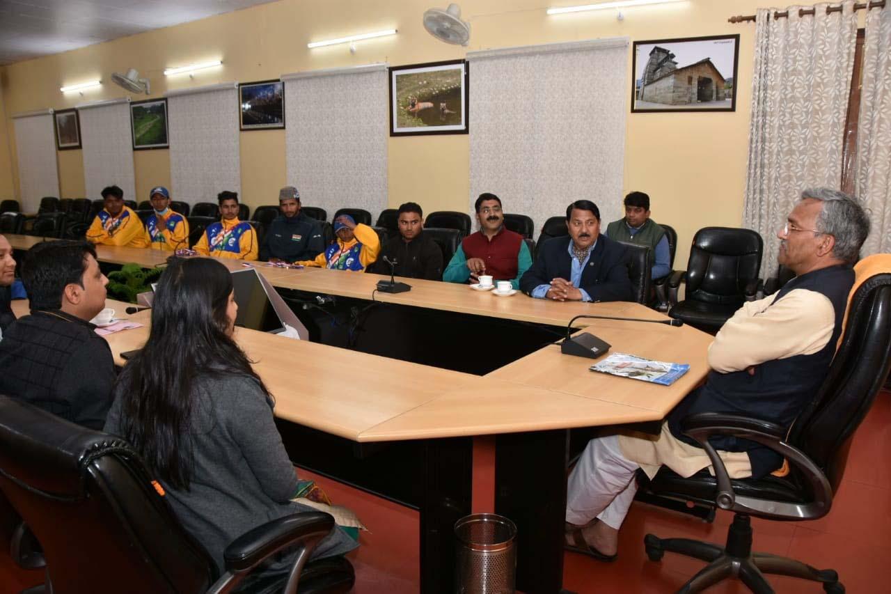 खेलो इंडिया खेलो प्रतियोगिता में जीत कर लौटे खिलाड़ी मेले सीएम त्रिवेंद्र सिंह रावत से