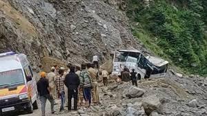 बदरीनाथ मार्ग सिंगटाली के पास चट्टान टूटने से बंद