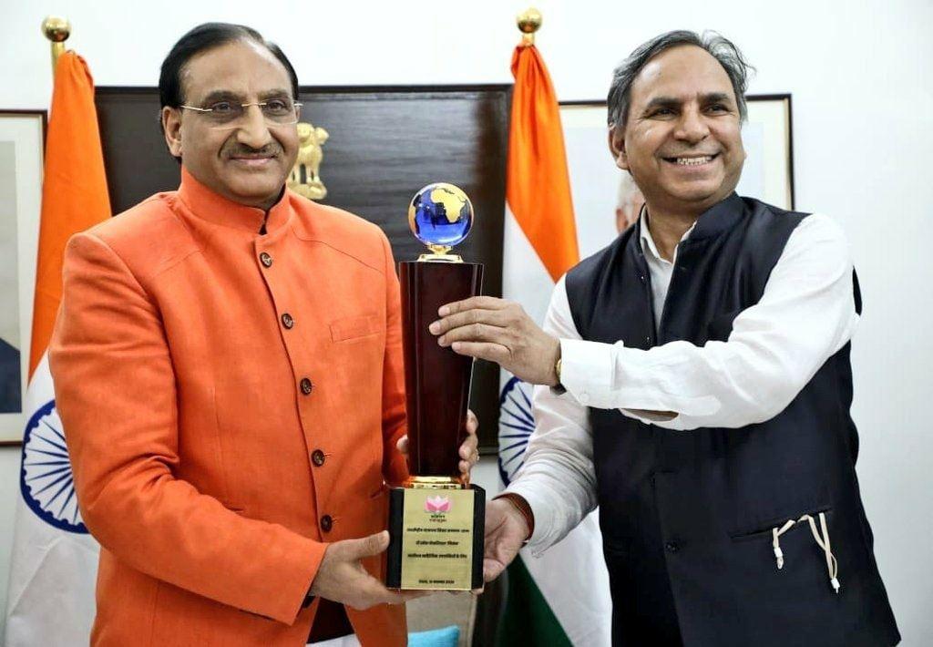 केंद्रीय शिक्षा मंत्री रमेश पोखरियाल निशंक वातायन लाइफटाइम अचीवमेंट पुरस्कार से सम्मानित
