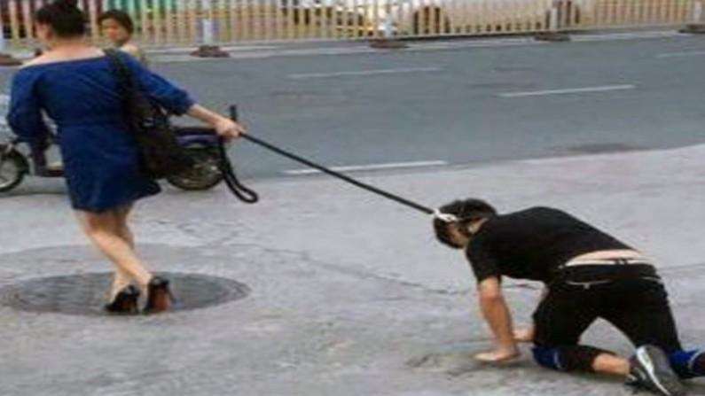 पति के गले में कुत्ते का पट्टा बांधकर घूमना पत्नी को पड़ गया भारी