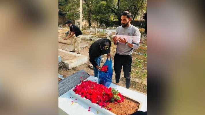 ऑस्ट्रेलिया से लौटते ही मोहम्मद सिराज पहुंचे पिता की कब्र पर