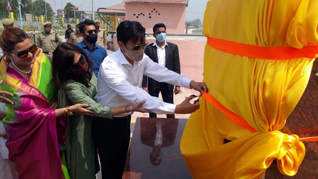कुंभ मेले में मुंबई एवं अन्तर्राष्ट्रीय चित्रकार कृपाशाह द्वारा निर्मित अभिष्का शंख का लोकार्पण