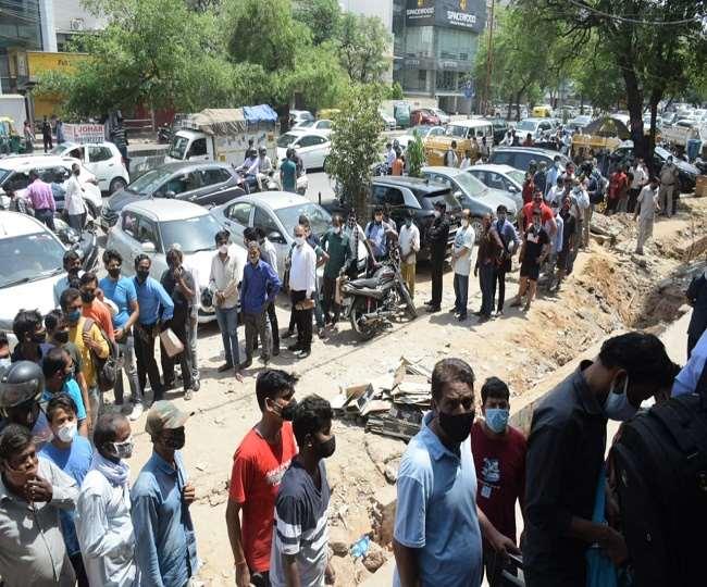दिल्ली मे लॉकडाउन लगते ही शराब की दुकानों पर टूट पड़ी जनता..