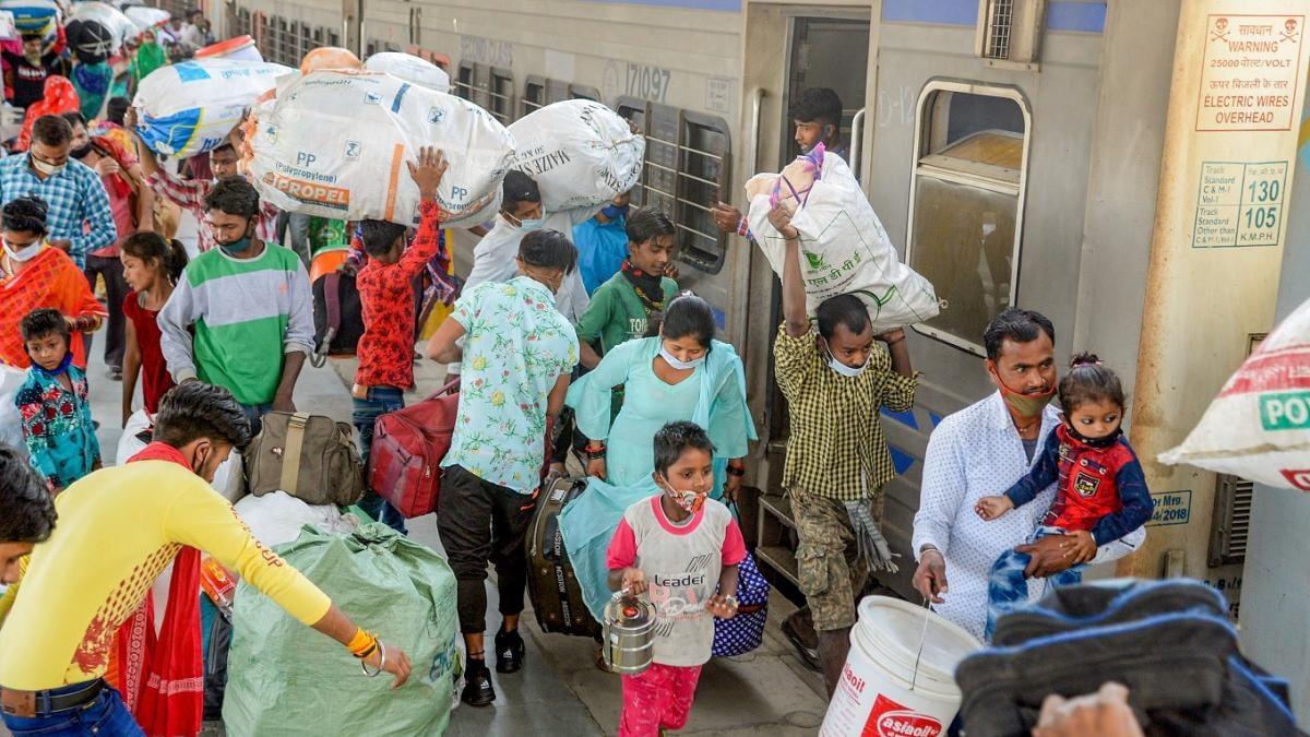 दिल्ली मे लॉकडाउन की घोषणा होते ही प्रवासियों की आनंद विहार में उमड़ी भीड़