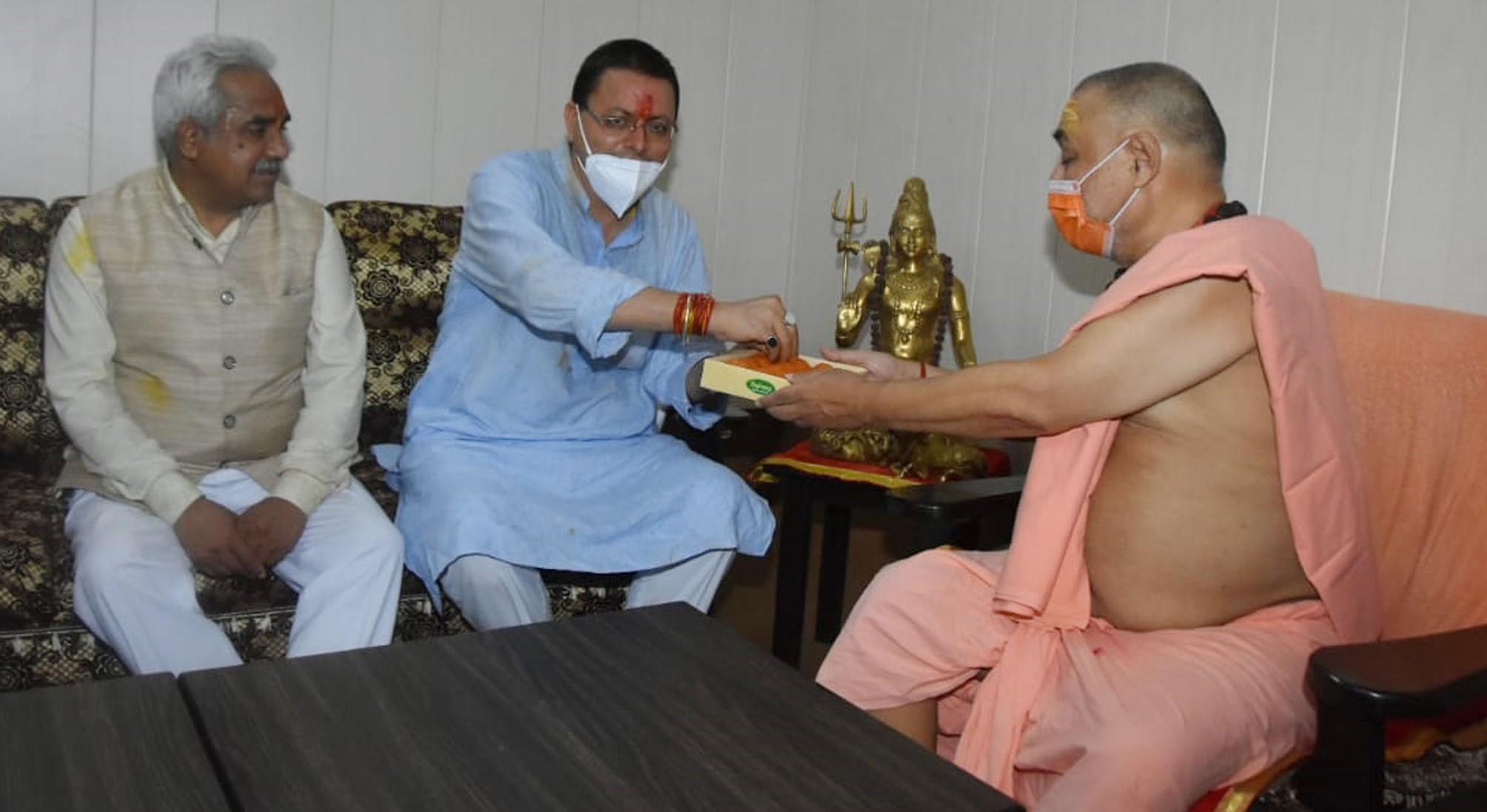 हरिद्वार दौरे पर मुख्यमंत्री पुष्कर धामी ने महन्त रविन्द्र पुरी,दक्षिण काली पीठ के आचार्य महामण्डलेश