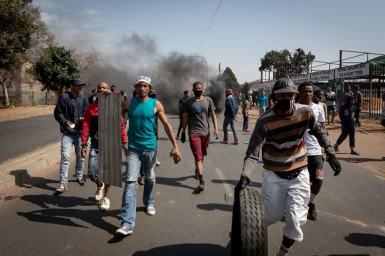 दक्षिण अफ्रीका में भड़की हिंसा में भारतीयों को क्यों उतारा जा रहा मौत के घाट?