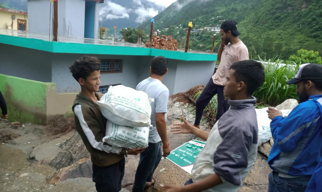 उत्तरकाशी प्राकृतिक आपदा से पीड़ित ग्रामीणों की मदद के लिए हंस फाउंडेशन ने बढ़ाया हाथ,आपदा पीड़ितों क