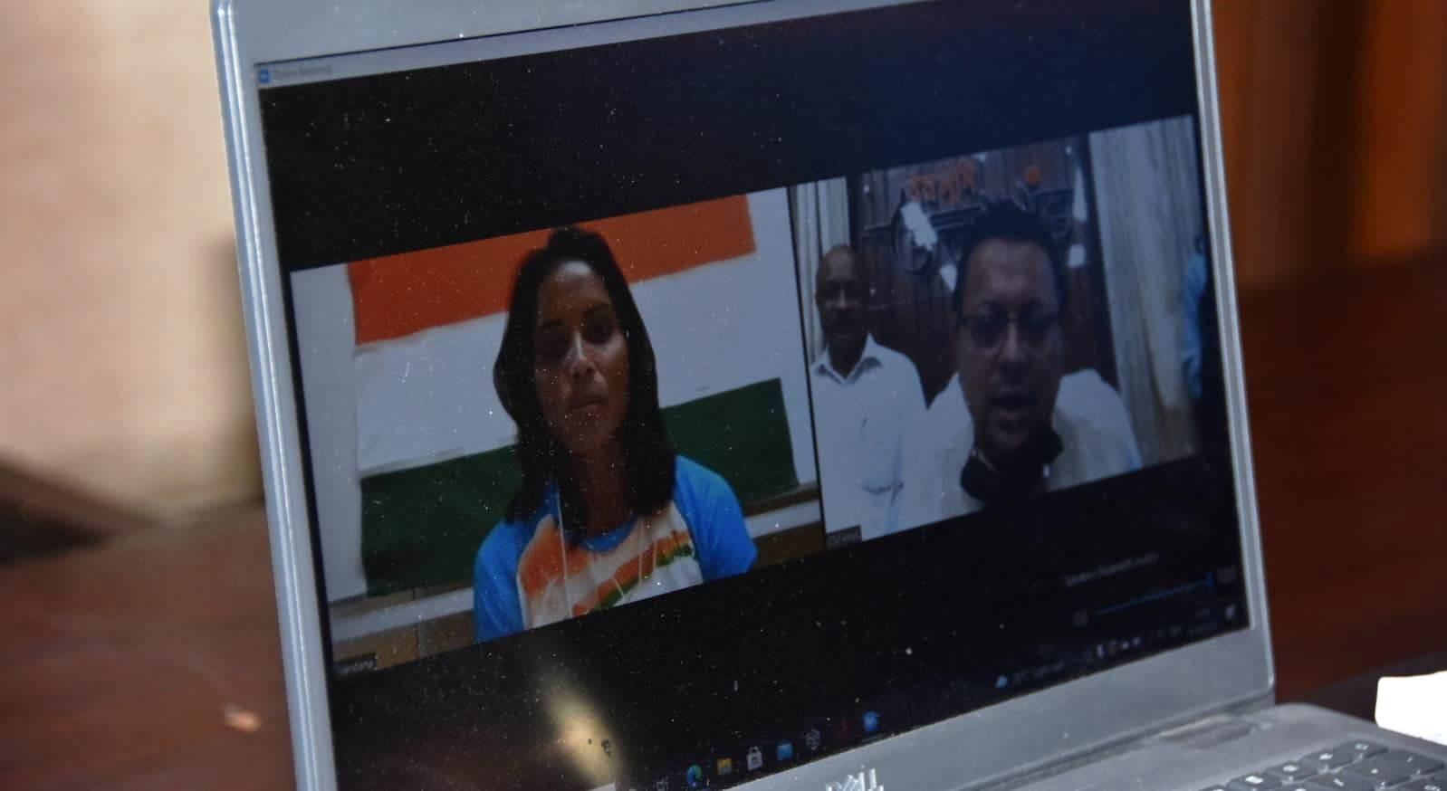 मुख्यमंत्री पुष्कर धामी ने हॉकी खिलाड़ी वंदना कटारिया से बात कर  दी बधाई