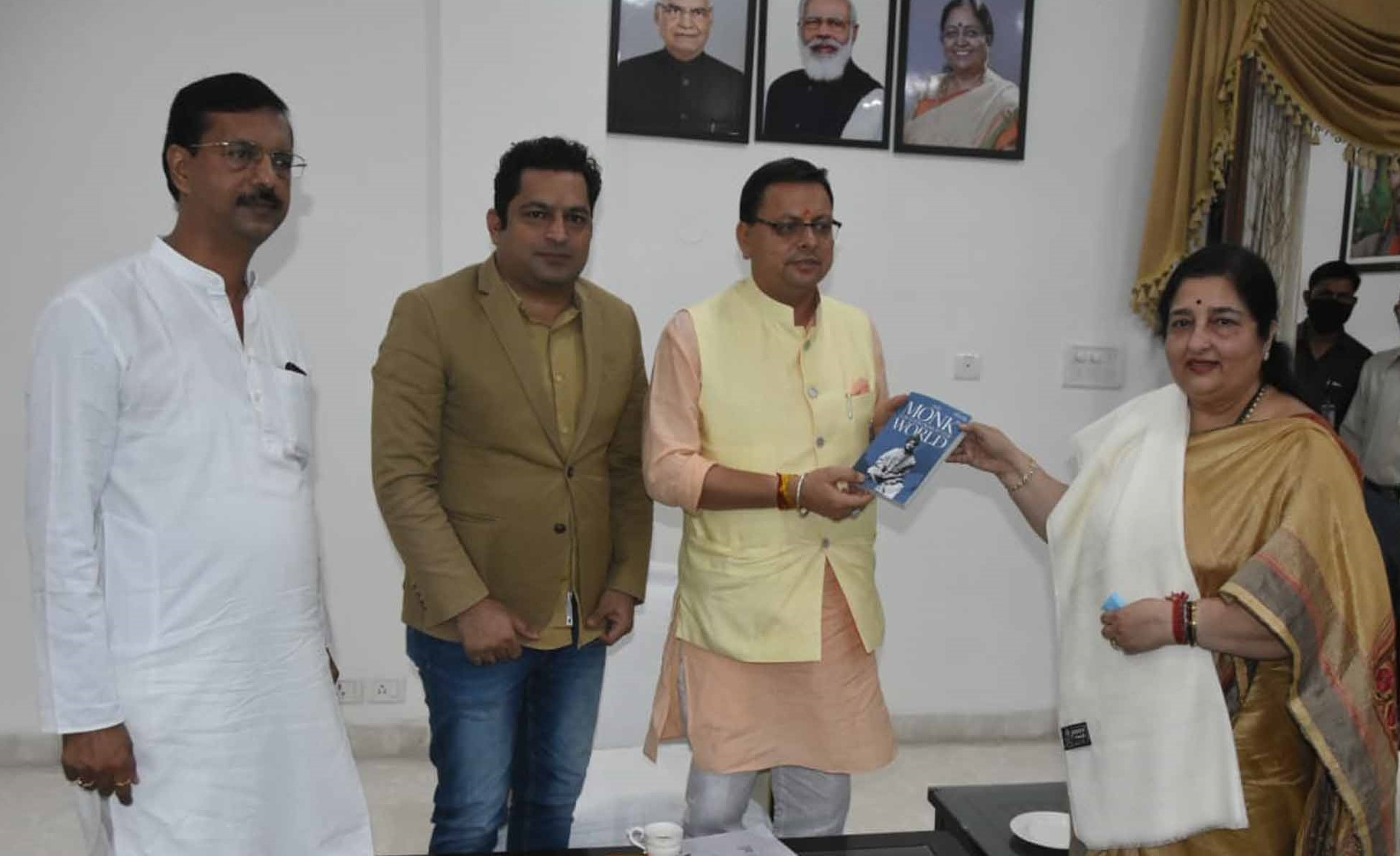 सुप्रसिद्ध गायिका पद्मश्री अनुराधा पौडवाल ने मुख्यमंत्री पुष्कर धामी से की शिष्टाचार भेंट