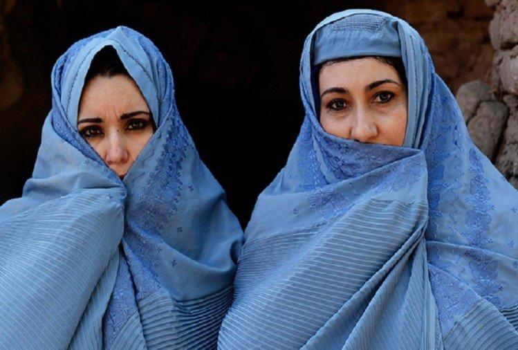 अफगानिस्तान के काबुल एयर पोर्ट पर महिलाओं के साथ जबरन शादी रचा रहे तालिबानी