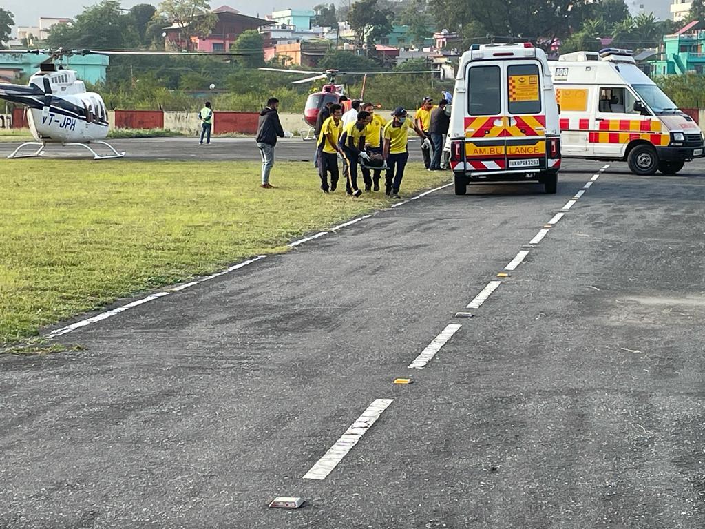 सीएम पुष्कर धामी के निर्देश पर जिला अस्पताल गोपेश्वर में भर्ती जलने से घायल तीन लोगों को हेली एम्बुल